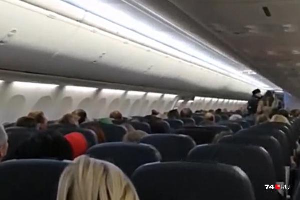 Покинуть салон самолёта нарушительница согласилась лишь после прихода полиции