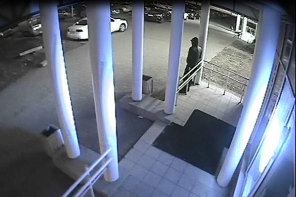 Один из автоугонщиков стоит на страже, пока его знакомый пытается угнать Toyota. В ту ночь похитить машину парням не удалось, зато они засветились на камерах наблюдения