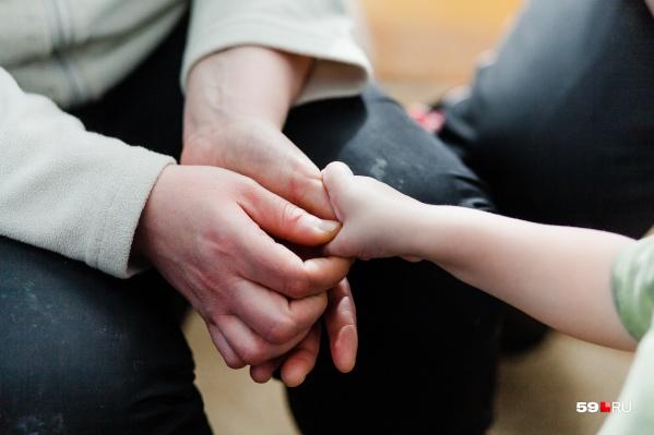Служба сохранения семей помогает мамам. В результате они не оставляют детей в роддомах, а забирают их домой