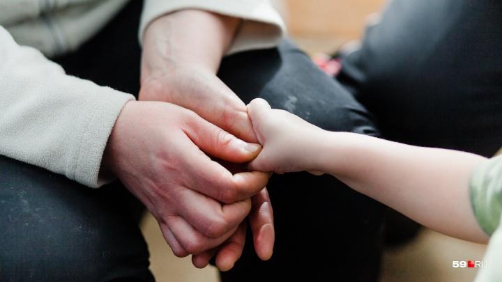 Они помогают мамам, отказавшимся от детей, передумать. Как в Перми работает служба сохранения семей