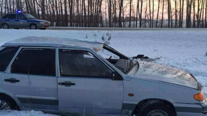 В Башкирии отечественная легковушка улетела в кювет: пассажирку увезли в больницу