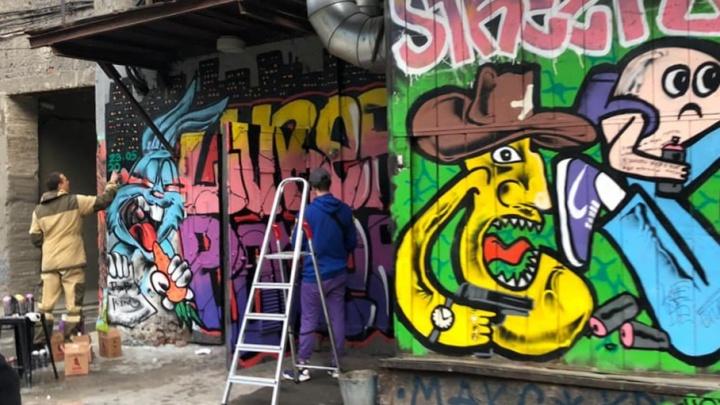 Мэрия заступилась за граффитистов, раскрасивших безобразную стену на улице Ленина
