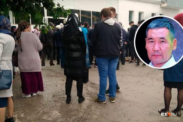 Фотографировать внутри мечети представители общины запретили. Они сказали, что этого не захотел сын убитого