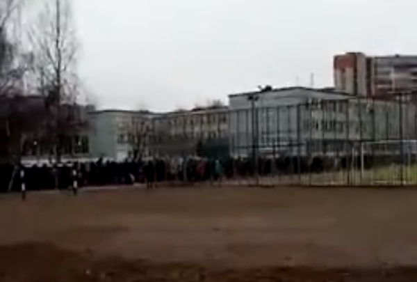 Эвакуация в ярославской школе: детей и педагогов вывели на улицу. Видео
