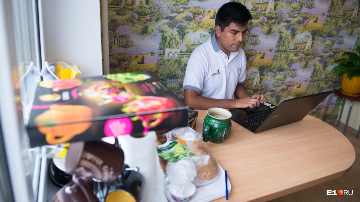 За этим ноутбуком на кухне Джованни ищет работу