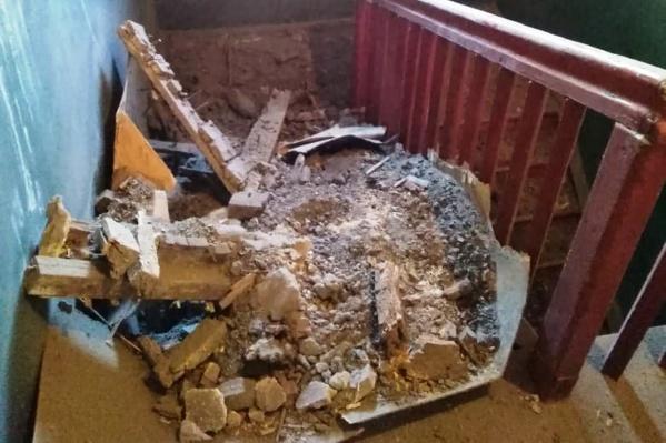 После обрушения потолка лестничный пролёт завалило