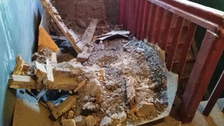 В двухэтажке на Степной обвалился потолок