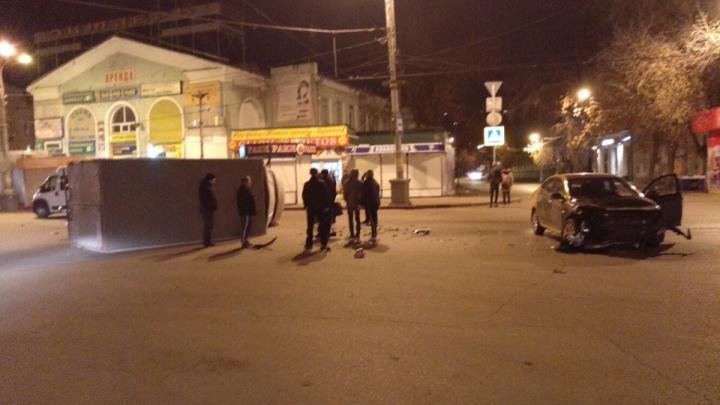 Около площади Мочалова водитель арендованного авто повалил фургон на бок