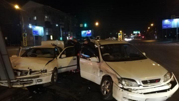 Две иномарки столкнулись на Ватутина— одну из машин вынесло на разделитель