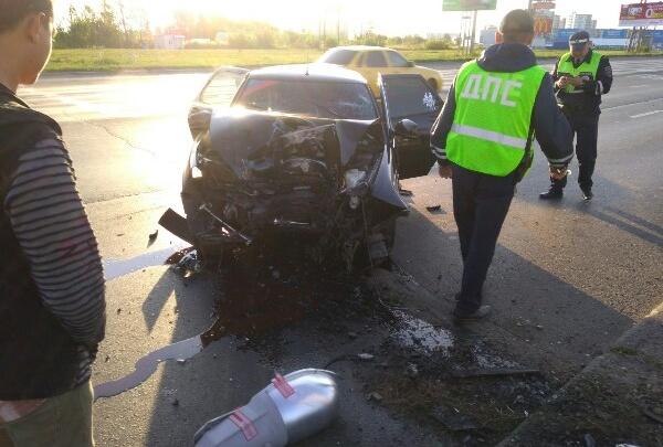 «Пострадали трое»: в Тольятти на Автозаводском шоссе «Приора» врезалась в столб