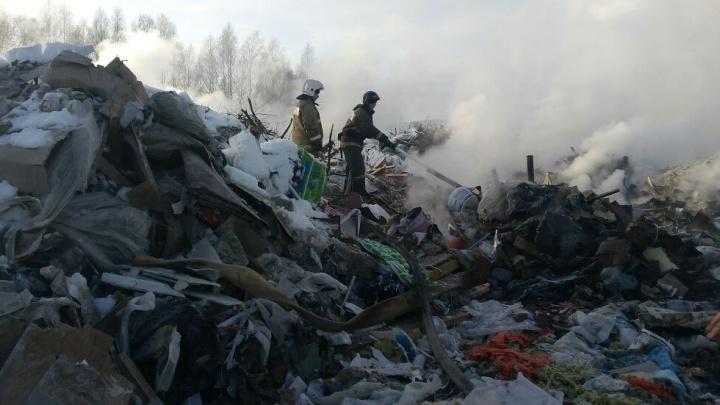 Пожарные потушили половину тлеющей свалки на Химмаше