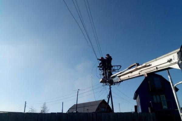 Стихия порвала провода, сорвала изоляторы и повредила опоры на линиях электропередачи