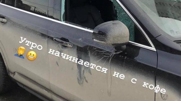 У защитника «Трактора» разбили стекло в машине в элитном жилом комплексе