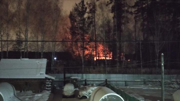 «Вспышки и сильные хлопки»: напротив тлеющей свалки на Уралмаше загорелась еще одна