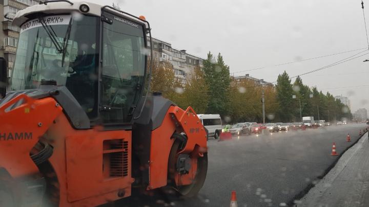 «Простояла 35 минут»: дорожные работы блокировали выезд из челябинского микрорайона