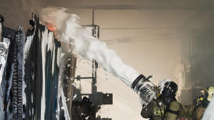 Пенная вечеринка в аду: фоторепортаж с пожара в цехе с канифолью