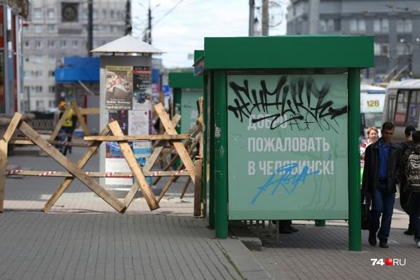 Даже без объявлений новые остановки в Челябинск выглядят убого. А это, между прочим, самый центр города — площадь Революции