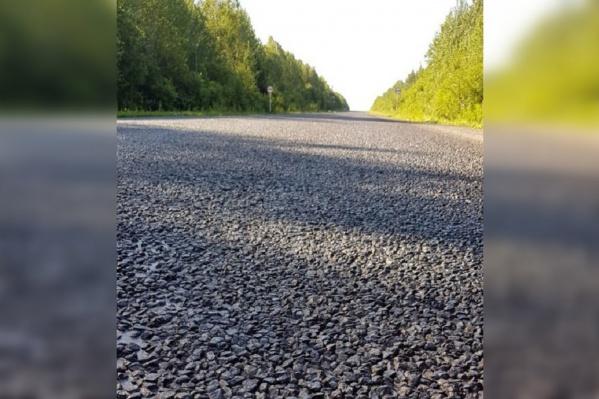 По словам автомобилистов, камни летят в машины и оставляют сколы на стеклах и корпусах