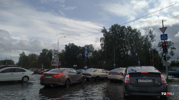 Затянутое тучами небо над Тюменью и затопленные дороги: как горожане пережили очередной ливень