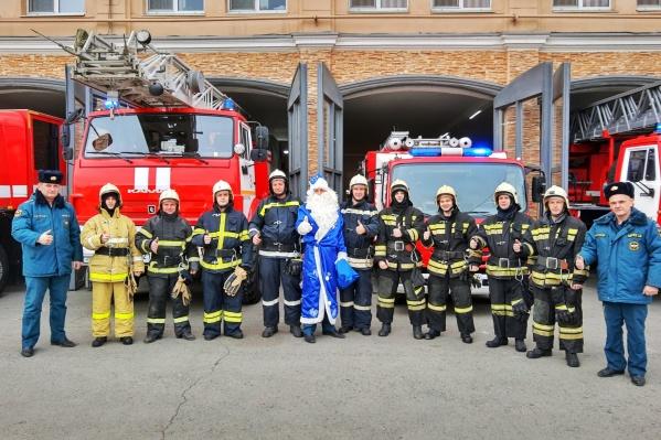 Суровые пожарные очень обрадовались визиту сказочного персонажа