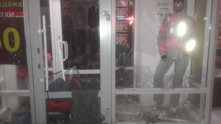 В Уфе мужчина спасал манекены в магазине