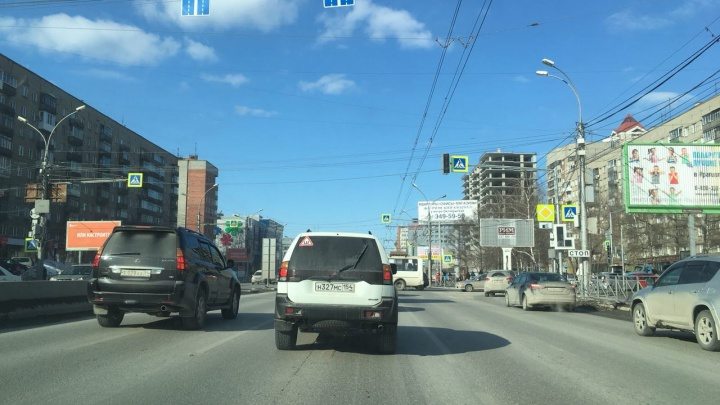 Светофоры погасли: машины на Красном проспекте встали в пробку на двух перекрёстках