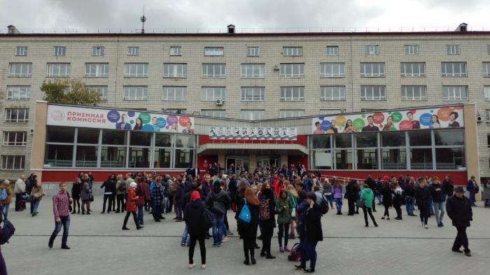 Эвакуация в НГТУ —студентов вывели из корпусов ВУЗа и из общежитий.