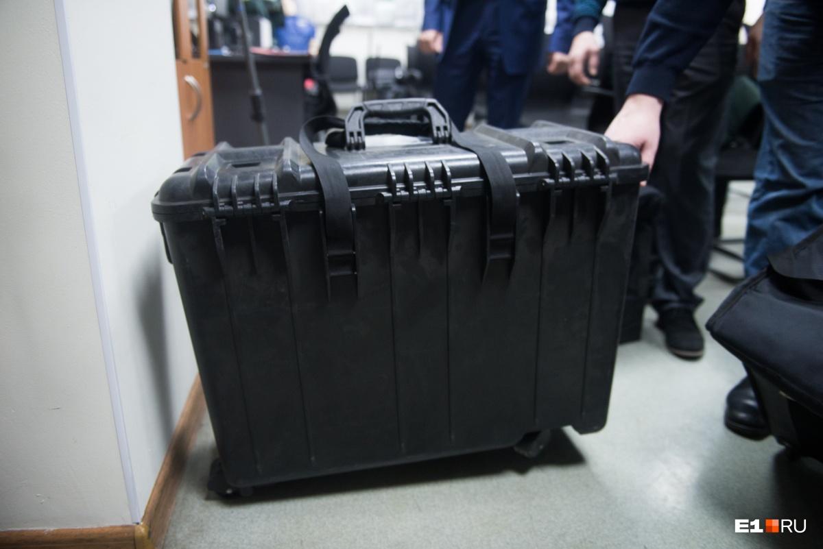 Сейчас тестируют вот такие пластиковые чемоданы на колёсиках для ценных грузов