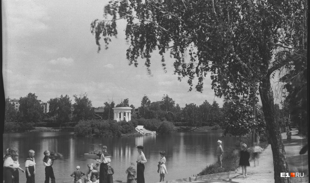 Пруд в парке Дворца пионеров. 1948 год