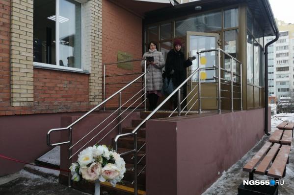 Кировский отдел ЗАГС находится на первом этаже жилого дома