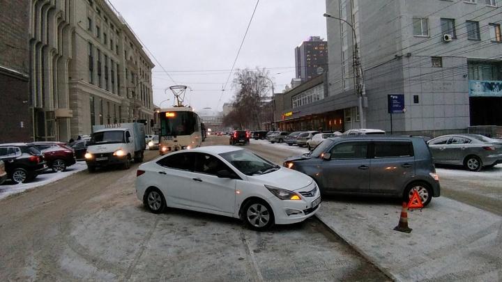 Половина тринадцатых тут: на Серебренниковской из-за аварии встали 10 трамваев