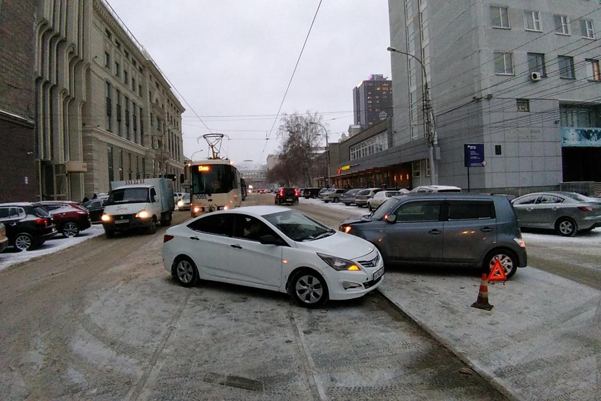 ДТП случилось прямо на трамвайных путях