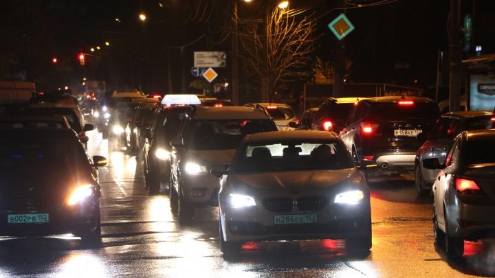 Дороги Нижнего Новгорода застыли в многочисленных пробках