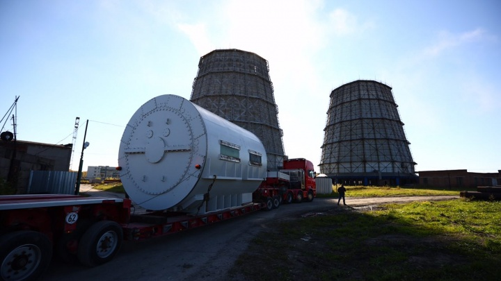 Видео: как по Новосибирску везли 100-тонную деталь для ТЭЦ-4
