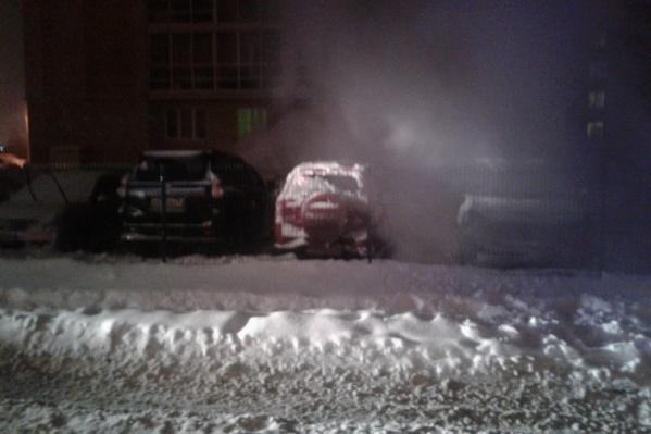 Две одинаковые машины сгорели ночью в одном дворе