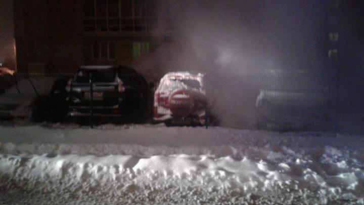Ночью в Ярославской области горели «Тойоты-Прадо»