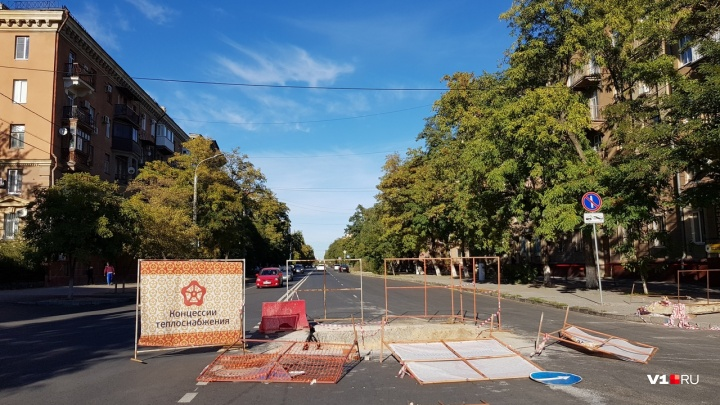 В центре Волгограда вскрыли новый асфальт на улице Советской