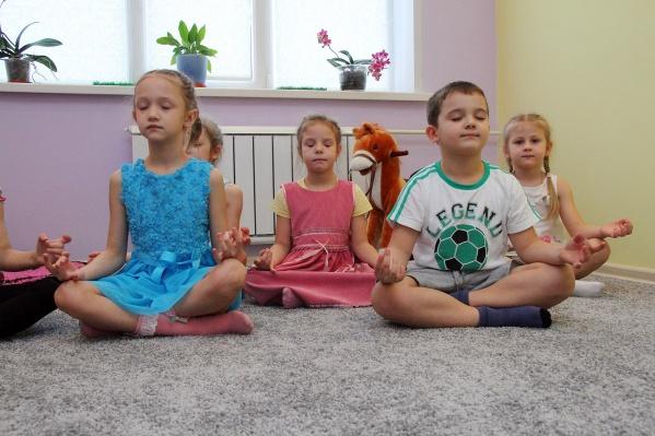 Теперь малыши практикуют йогу