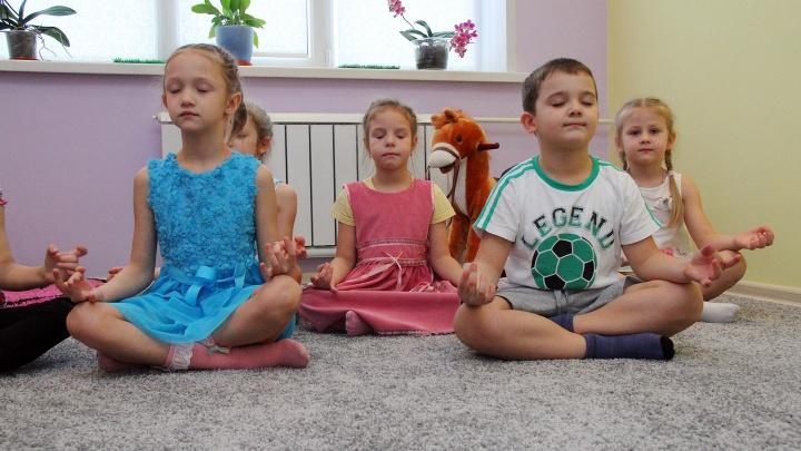 Красноярских детей начали закалять от ОРВИ йогой и лечебным чаем