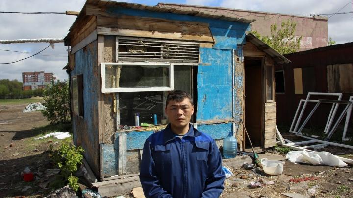 Люди из лачуг: как живётся в крошечных домиках на руинах старой мельницы в Омске