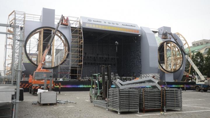 Бумбокс для Кинг-Конга: ко Дню города на площади 1905 года строят сцену в виде огромного магнитофона