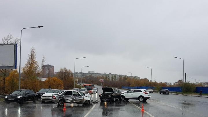 Четыре автомобиля сразу столкнулись в Советском районе