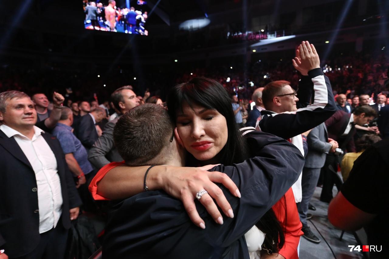 Ирина Текслер в пылу радости бросилась обнимать сидевшего рядом первого вице-губернатора Виктора Мамина