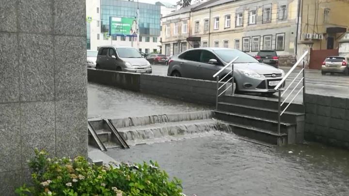 После сильного дождя в Новосибирске разлились водопады и ручьи