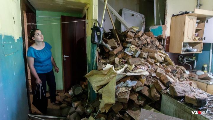 «Мы останемся под грудой камней»: волгоградцев отказались переселять из обрушившегося дома