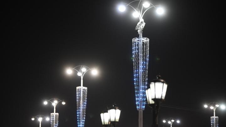 В центре Екатеринбурга погасли гирлянды, которые стоят 290 тысяч рублей за один столб