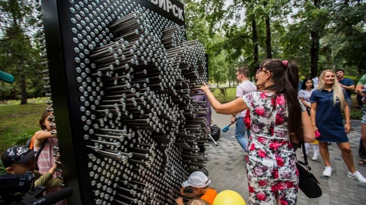 На Михайловской набережной поставили скульптуру, которая копирует людей