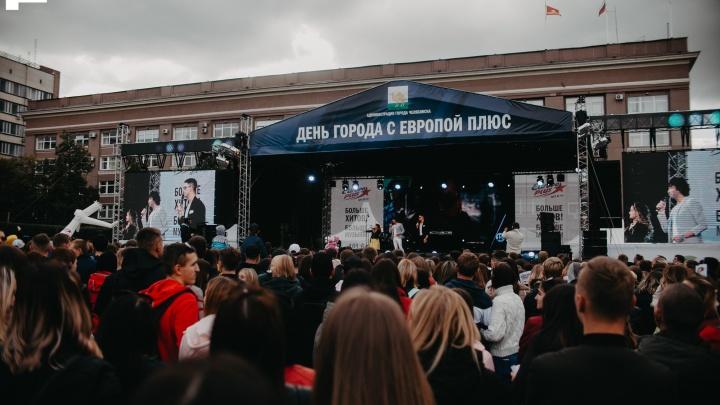 Танцы под открытым небом: Ивану Валееву и Люксору подпевали 10 000 человек