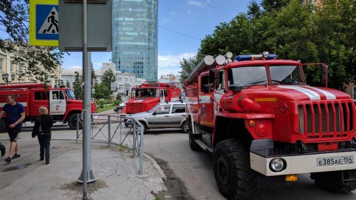 К театру «Красный факел» съехались пожарные машины