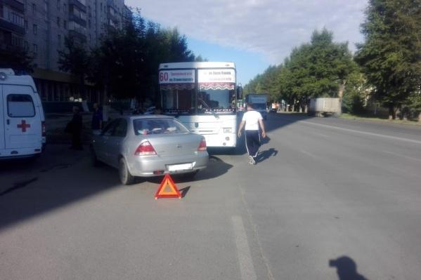 В ДТП пострадали два пассажира автобуса— их увезли на скорой